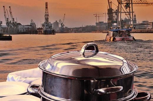 Buffet auf einer Barkasse im Hamburger Hafen