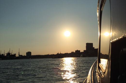 Feier-auf-einem-Schiff-mit-der-Hamburger-Skyline
