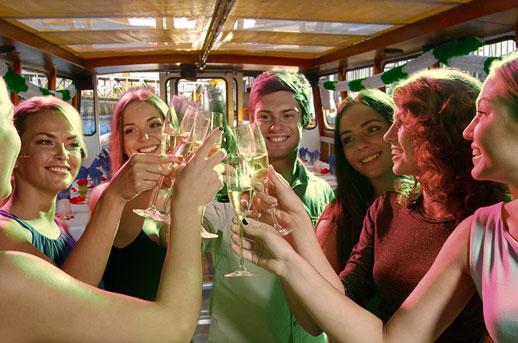 Feier-an-Bord-auf-der-Elbe